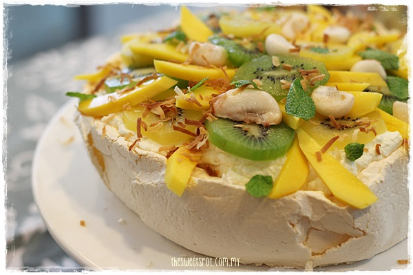 Pavlova with kiwifruit mango mangosteen 2