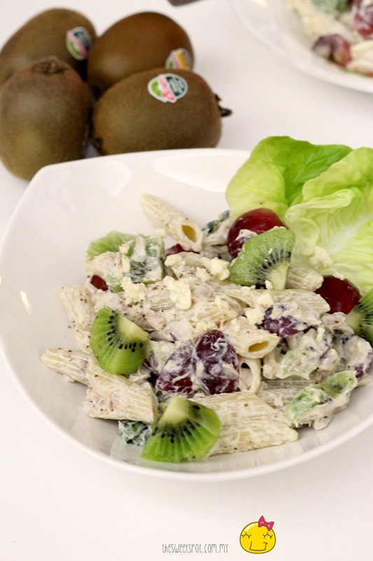 Tuna pasta salad with kiwi and grapes