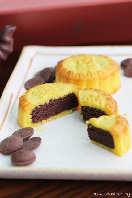 kee wah chocolate custard mooncake 2